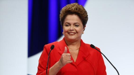 1set2014---dilma-rousseff-pt-candidata-a-reeleicao-faz-sinal-com-a-mao-antes-do-debate-dos-candidatos-a-presidencia-da-republica-promovido-pelo-uol-folha-de-s-paulo-sbt-e-a-radio-jovem-1409607560353_1920x1080