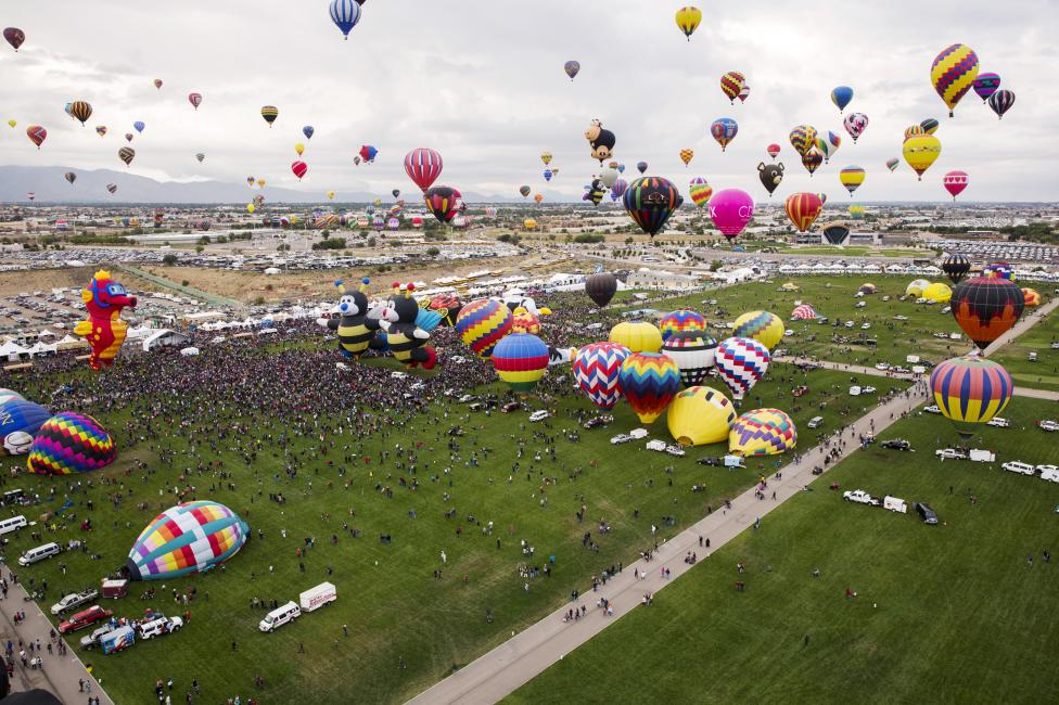 Hundreds of hot air balloons take off, October 4, 2015. REUTERS/Lucas Jackson