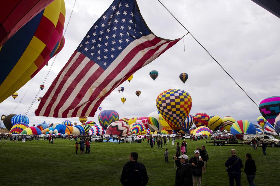 Attendees walk underneath a guide line as hundreds of hot air balloons take off, October 4, 2015. REUTERS/Lucas Jackson